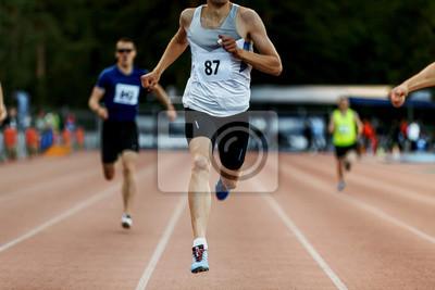 Fototapeta Konec vítězů závodníků v závodě 400 metrů