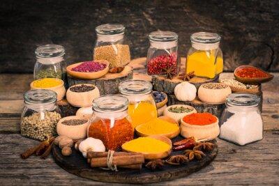 Fototapeta Koření a byliny na dřevěném stole