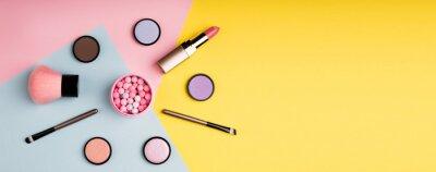 Fototapeta Kosmetické výrobky a dekorativní kosmetika na barvu pozadí plochý ležel. Móda a krása blogů koncept. Dlouhý webový formát pro banner