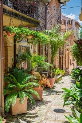 Fototapeta Kouzelný zdobí ulice v malém městečku v Itálii, Umbrie