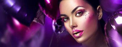 Fototapeta Krása módní model dívka kreativní umění make-up s drahokamy. Ženská tvář na pozadí fialové, růžové a fialové balóny