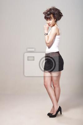67d6431a5db9 Krásná dívka pózuje v černé sukni a stilletos fototapeta ...