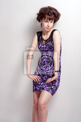 6b898bb5a06a Krásná dívka pózuje v fialové šaty fototapeta • fototapety wide ...