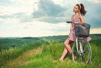 Fototapeta krásná dívka s vintage kole venku, Toskánsko letní čas