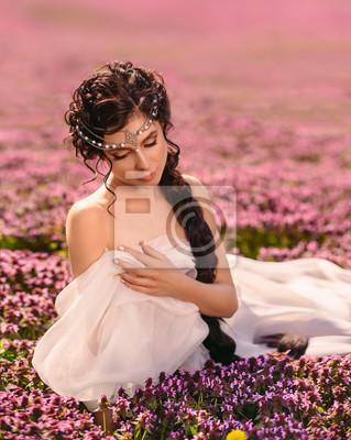 Fototapeta Krásná dívka v bílých šatech. Dlouhé vlasy jsou pevně spletené. Řecká  bohyně odpočívá 8acbc75b49