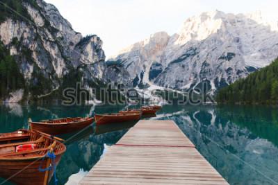 Fototapeta Krásná krajina jezera braies (lago di braies), romantické místo s dřevěným mostem a lodě na alpském jezeře, hory alp, dolomity, itálie, evropa  t