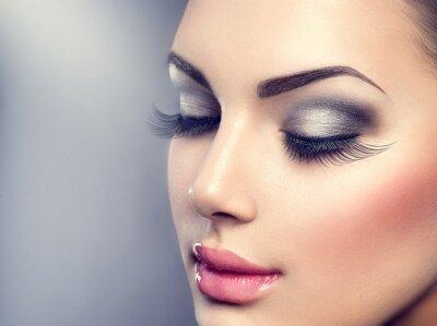 Fototapeta Krásná módní luxusním make-up. Dlouhé řasy, perfektní pleť