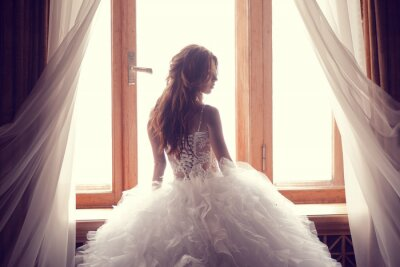Fototapeta Krásná nevěsta proti oknu interiéru
