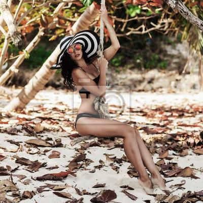 15b5ca95a97 Fototapeta Krásná šťastné opálená úžasné luxusní mladá dívka jede na laně  houpačce na pláži v sexy