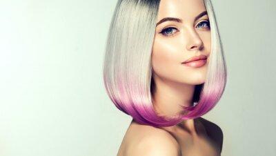 Fototapeta Krásná žena na barvení vlasů. Fashion Trendy haircut.Ombre bob krátký účes. Blond model s krátkým lesklým účesem. Koncepce zbarvení vlasů. Kosmetický salon