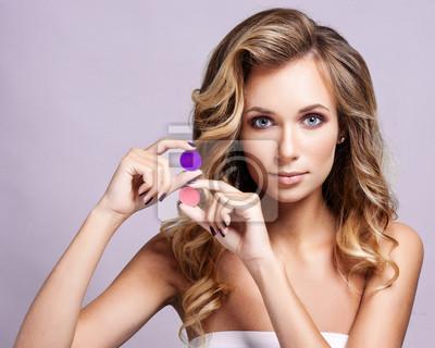 36979c02f3fe Fototapeta Krásná žena s kudrnatými vlasy a večerní make-up. Šperky a krásy.