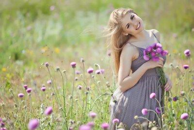 Fototapeta Krásná žena s partou v poli květiny