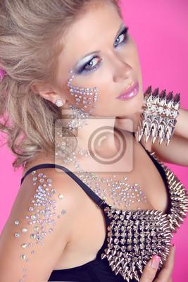 eeb5e1add2c1 Krásná žena s vlasy styling a večerní make-up. šperky fototapeta ...