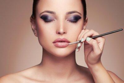 Fototapeta Krásná žena tvář. krásy dívka s dokonalým make-up.Makeup umělce platí lipstick.cosmetics