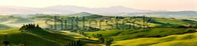 Fototapeta Krásné a zázračné barvy zelené jarní panorama krajiny Toskánska, Itálie.