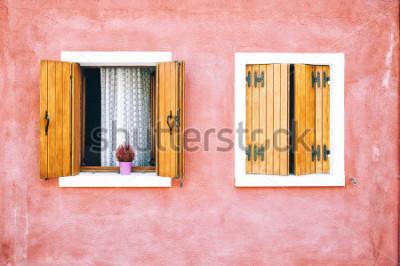Fototapeta Krásné barevné fasády domu na ostrově Burano, severní Itálie. Červené okna s dřevěnými žaluziemi