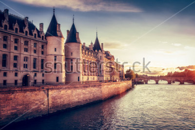 Fototapeta Krásné panorama Paříže, Francie, s Conciergerie, Pont Neuf při západu slunce. Barevné cestování pozadí. Romantické panoráma města.