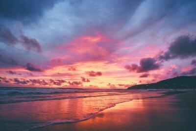 Fototapeta Krásný západ slunce na oceánské pláži. Nebe se odráží na vodě.