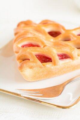 Fototapeta Kus jahodový dort ležel na talíři