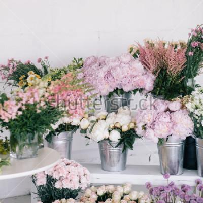 Fototapeta Květiny ve vázách a kbelících. Květinářství.