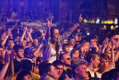 Fototapeta KYIV, UKRAJINA - 30. června 2012: Lidé tančí během královny hraje na scénu na charitativním koncertě Anti-AIDS na náměstí nezávislosti 30. června 2012 v Kyjevě, Ukrajina