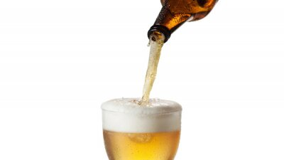 Fototapeta Láhev nalije studené pivo do sklenice, izolované na prut pozadí.