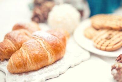 Fototapeta Lahodné a chutné čerstvé croissanty k snídani jídlo