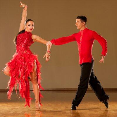 Fototapeta latino taneční pár v akci - tančí divoký samba
