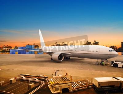 Fototapeta Letecká nákladní nákladní letadlo nakládání obchodního zboží v kontejneru letiště používání parkoviště pro lodní a letecké dopravy, logistiky průmyslu