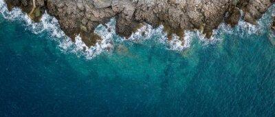 Fototapeta Letecký pohled na mořské vlny a fantastické Skalnaté pobřeží, Černá Hora