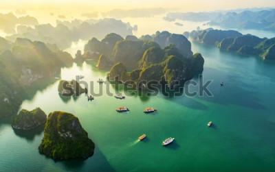 Fototapeta Letecký pohled na plovoucí rybářská vesnice a skalní ostrov, záliv Halong, Vietnam, jihovýchodní Asie. Světové dědictví UNESCO. Junk plavba lodí do Ha Long Bay. Populární orientační bod, slavný cíl Vi