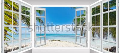 Fototapeta letní slunečný den pohled z okna na mořské pláži s palmou