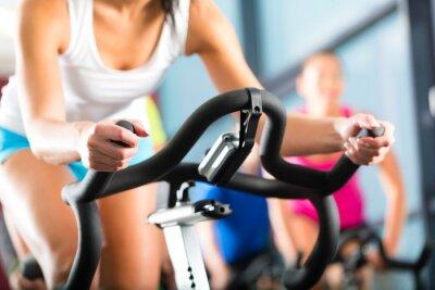 Fototapeta Leute beim Spinning v einem Fitnessstudio