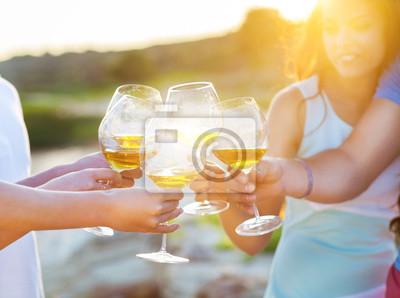 Fototapeta Lidé držení sklenky bílého vína, sedíš