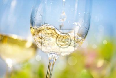 Fototapeta Lití bílého vína ve sklenici