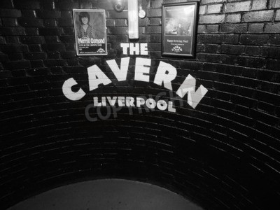 Fototapeta Liverpool, Velká Británie - cca 06 2016: Cavern Club noční klub na 10 Mathew Street, kde Beatles hráli v černé a bílé