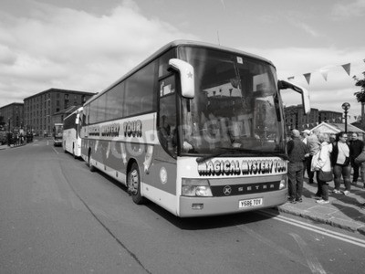 Fototapeta Liverpool, Velká Británie - cca 06 2016: The Beatles Magical Mystery Tour bus v černé a bílé