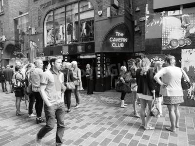Fototapeta LIVERPOOL, Velká Británie - CIRCA ČERVENEC 2016: Noční klub klubu Cavern v 10 Mathew Street, kde hrál The Beatles v černé a bílé