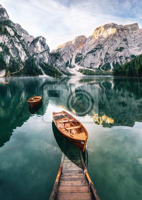 Fototapeta Lodě a skluzavka v Braies jezero s křišťálovou vodou v pozadí Seekofel v Dolomitech v dopoledních hodinách, Itálie Pragser Wildsee