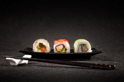 Fototapeta Luxusní sushi na černém pozadí - Japonská kuchyně
