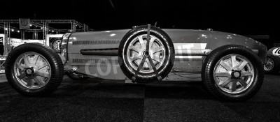 Fototapeta Maastricht, Nizozemsko - 08.01.2015: Závodní vůz Bugatti Type 54, 1931. Černá a bílá. Mezinárodní výstava InterClassics & Topmobiel 2015