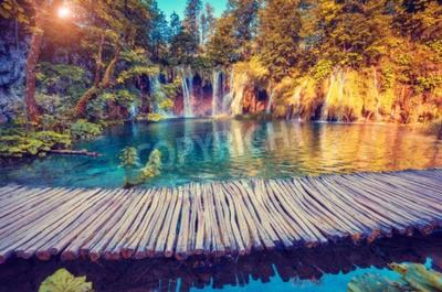 Fototapeta Majestátní pohled na tyrkysovou vodou a slunečné paprsky v Národním parku Plitvická jezera, Chorvatsko