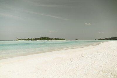 Fototapeta Maledivy ostrov pláž s palmou a vily