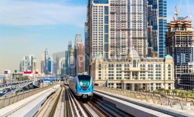 Fototapeta Metro vlak na červenou čáru v Dubaji