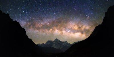 Fototapeta Mísa nebes. Jasný a živý Mléčná dráha přes zasněžené hory. Krásné hvězdné noční oblohy se zdá být v