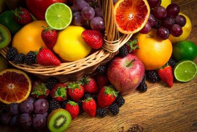 Fototapeta Mix čerstvého ovoce na proutěném bascket