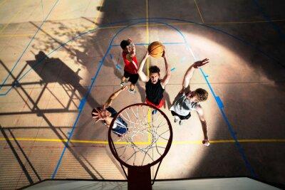 Fototapeta Mladí basketbalový hráč hraje s energií