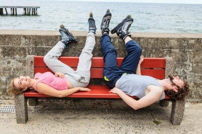 Fototapeta Mladí lidé přátelé relaxační na lavici.