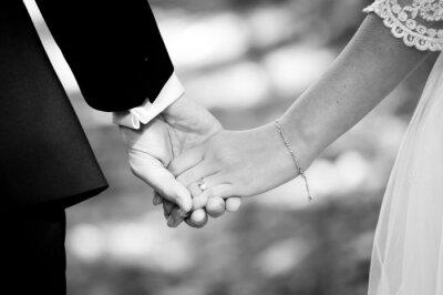 Fototapeta Mladý manželský pár se drží za ruce