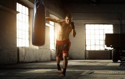 Fototapeta Mladý muž boxu cvičení ve staré budově